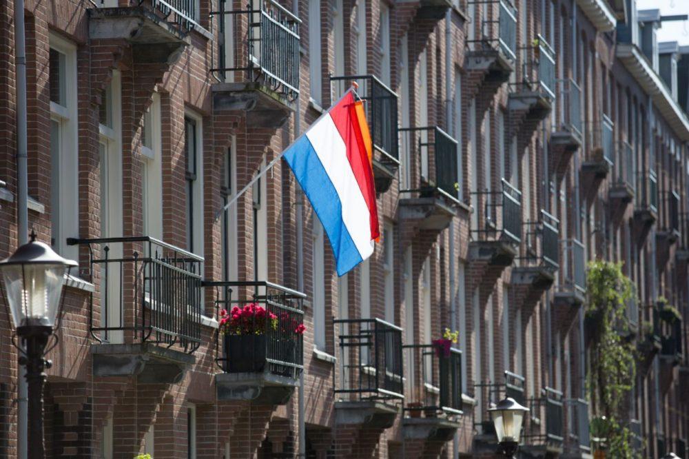gevel met een eigen vlag