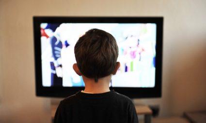 kind kijkt tv