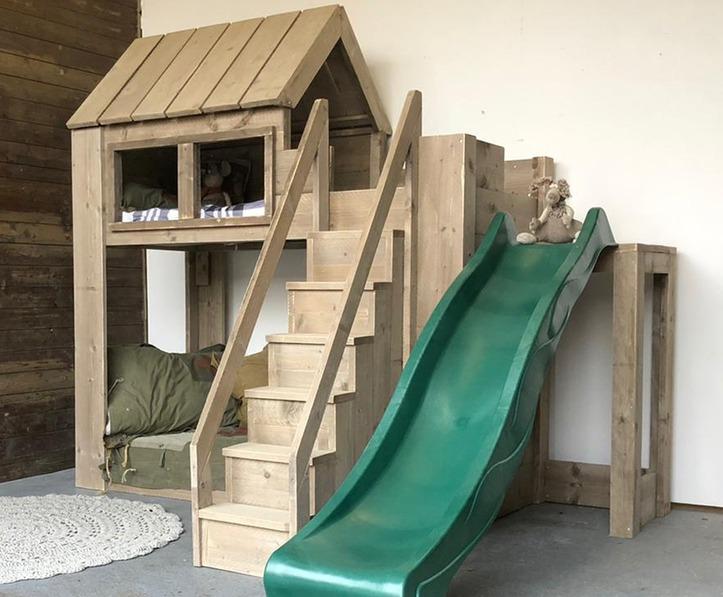 Steigerhouten-hoogslaper-huisjesbed-met-glijbaan-zijkant1 2